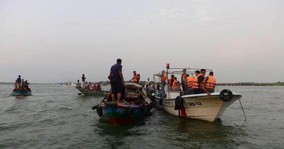 Co najmniej 12 osób zginęło wskutek zatonięcia promu z około 200 osobami na pokładzie na rzece Meghna koło Dhaki, stolicy Bangladeszu. Według nurków biorących udział w akcji ratunkowej we wraku jest kilkadziesiąt ciał.