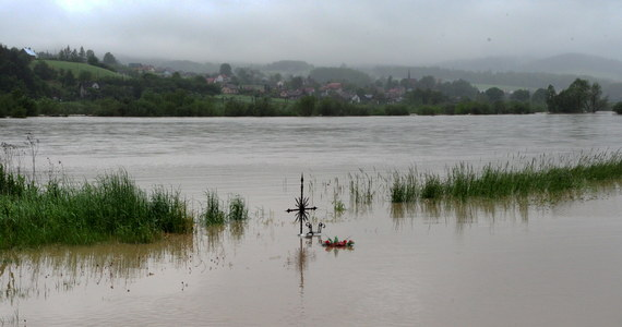 Intensywne opady deszczu spowodowały lokalne podtopienia w południowej części kraju. Na górnej Wiśle tworzy się fala wezbraniowa. Jej przemieszczanie prognozowane jest w kolejnych dniach - od soboty - na odcinku środkowej Wisły. Woda podniesie się powyżej stanów ostrzegawczych, a później alarmowych.