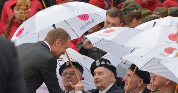 Pamiętając o naszych bohaterach, budujemy podwaliny pod bezpieczną i wolną Polskę, także na przyszłość - mówił premier Donald Tusk w Monte Cassino we Włoszech podczas spotkania z weteranami i harcerzami w trakcie uroczystych obchodów upamiętniających 70. rocznicę zdobycie wzgórza.