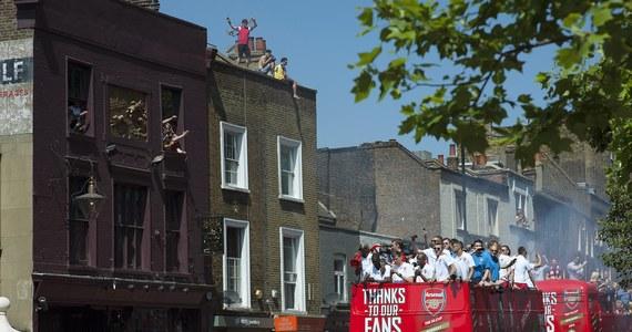 """Piłkarze Arsenalu wraz z kilkudziesięcioma tysiącami kibiców świętowali na ulicach Londynu wywalczenie Pucharu Anglii. To pierwsze od dziewięciu lat trofeum """"Kanonierów"""", którzy w sobotnim finale pokonali Hull City po dogrywce 3:2."""