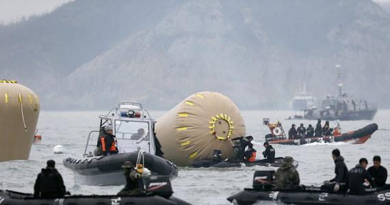 Prezydent Korei Południowej Park Geun Hie chce rozwiązać straż przybrzeżną. Powodem jest nieudana akcja ratunkowa po zatonięciu promu z ok. 476 osobami na pokładzie.