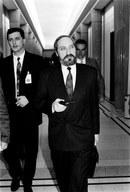 """Szef MSW Antoni Macierewicz podczas """"nocy teczek"""", 04.06.1992"""