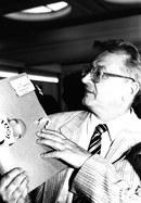 Leszek Moczulski pokazuje swoją teczkę, 04.06.1992