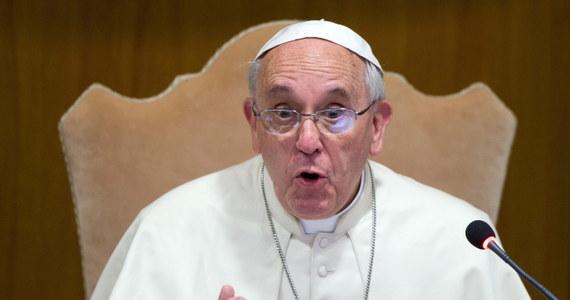 """Papież Franciszek zaapelował w poniedziałek do włoskich biskupów, by nie pokładali swego zaufania w """"obfitości zasobów"""" i struktur. """"Trzeba skończyć z podziałami na naszych i innych"""" -podkreślił, otwierając obrady Konferencji Episkopatu Włoch."""