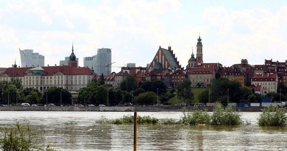 Poziom fali wezbraniowej na warszawskim odcinku Wisły stabilizuje się - o poranku miał 697 centymetrów. Od północy zanotowano jej przyrost jedynie o kilka centymetrów. Wały przeciwpowodziowe skutecznie chronią miasto przed zalaniem.