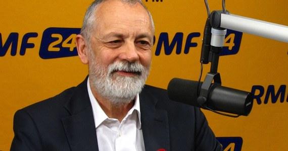 """""""Trzeba cały czas stymulować naszych ludzi do większej mobilizacji. Grzegorz Schetyna musi stymulować ludzi. Przegrana PO byłaby przykrym doświadczeniem. Po przegranej ciężko byłoby wrócić na prowadzenie"""" - mówi o najbliższych wyborach, szef klubu PO Rafał Grupiński. Gość Kontrwywiadu RMF FM wierzy, że """"Polacy nie powierzą losu Europy Prawu i Sprawiedliwości"""". """"Nie przewiduję przegranej"""". """"To ważne, żeby wygrać"""" - mówi i tłumaczy, że przegrane wybory tworzą niekorzystny """"klimat psychologiczny"""". Gość Konrada Piaseckiego przyznaje, że sam """"nie był zachwycony, kiedy Michał Kamiński zapukał do PO"""". Czy mimo to były członek PiS mógłby kiedyś wstąpić do Platformy? """"Musi trochę wody w Wiśle upłynąć zanim osoby,  które tyle lat walczyły z PO będą do niej wchodziły"""" - tłumaczy. """"Zobaczymy, jak Michał Kamiński się sprawi w kampanii. Jeśli wygra, wtedy będziemy o tym myśleli"""" - dodaje."""