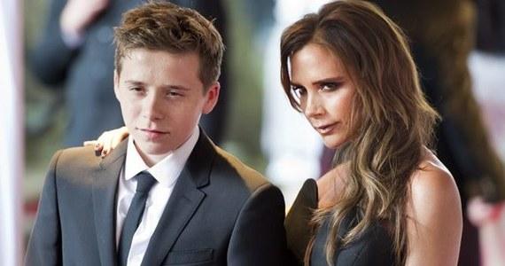"""Brooklyn Beckham, 15-letni syn Davida i Victorii Beckhamów, weekendowo dorabia w kawiarni. Rodzice posłali nastolatka do pracy, żeby ten """"znał wartość pieniędzy""""."""