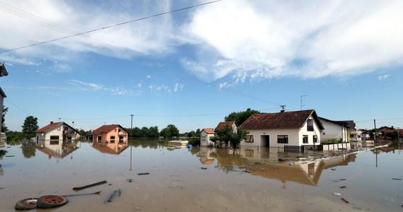 Polscy strażacy pojadą do Bośni i Hercegowiny. Pomogą w walce ze skutkami powodzi, która nawiedziła region. Na Bałkany pojedzie 37 strażaków z Małopolski, Śląska i Podkarpacia. Wyruszą do Bośni i Hercegowiny dziś wieczorem z Krosna. W akcji powodziowej w Bośni i Hercegowinie od kilku dni biorą udział żołnierze z polskiego kontyngentu wojskowego