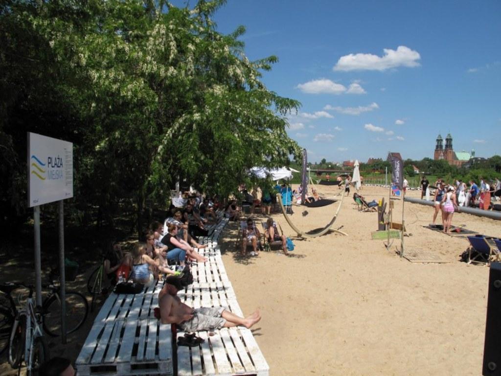 Nad Wartą w Poznaniu otwarto Plażę Miejską. W centrum miasta wysypano  kilkaset ton piasku. Króluje tam badminton i siatkówka. 38688832108