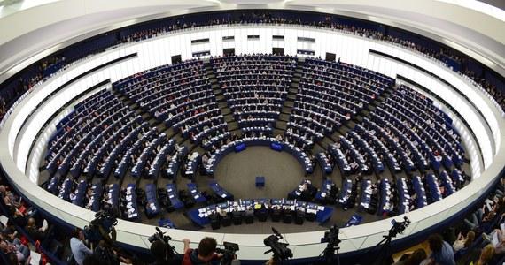 71 tysięcy złotych – tyle miesięcznie mogą zainkasować najbardziej obrotni europosłowie. Bez dwóch zdań - praca marzeń! Dlatego pod lupę Porannych Faktów RMF FM bierzemy najmniej i najbardziej aktywnych członków Parlamentu Europejskiego! Czym tak naprawdę zajmują się nasi wybrańcy w Brukseli...?