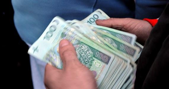 Rośnie liczba oszustów, którzy obiecując kolosalne zyski, wyłudzają od nas pieniądze. Komisja Nadzoru Finansowego ostrzega - w Polsce działa 55 firm, które prowadzą działalność bankową bez zezwolenia i korzystanie z ich usług może skończyć się utratą oszczędności.
