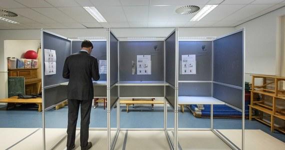 """W dobie internetu i telefonii komórkowej nie da się wyegzekwować zakazu agitacji na dzień przed wyborami oraz w czasie głosowania – zauważa """"Dziennik Polski""""."""