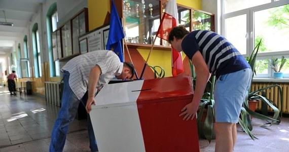 Od północy trwa w Polsce cisza wyborcza przed eurowyborami. W jej trakcie nie wolno wywieszać plakatów, namawiać do głosowania na konkretnych kandydatów i na listy. Najwyższa grzywna - od 500 tys. zł do 1 mln zł - grozi za publikację sondaży.