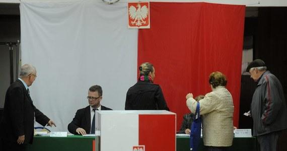 Aby w niedzielnych eurowyborach oddać ważny głos, trzeba postawić krzyżyk - znak X - w kratce po lewej stronie nazwiska kandydata na jednej z list komitetów wyborczych.
