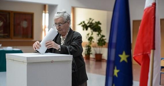 Od godz. 7 w niedzielę trwa głosowanie w wyborach do Parlamentu Europejskiego. Otwartych zostało ponad 27 tys. lokali wyborczych. Głosować można do godz. 21. Polacy będą wybierać 51 eurodeputowanych. O jeden mandat ubiega się średnio 25 kandydatów.