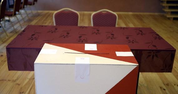 """""""Do pracy przystąpiło 13 komisji okręgowych, 38 rejonowych i 27 664 obwodowych komisji wyborczych. Na ogół wszystko rozpoczęło się punktualnie i bardzo sprawnie. Niestety, zdarzyły się także incydenty"""" - poinformował przewodniczący Państwowej Komisji Wyborczej Stefan Jaworski. Głosowanie w wyborach do Parlamentu Europejskiego rozpoczęło się o 7 i trwa do 21."""