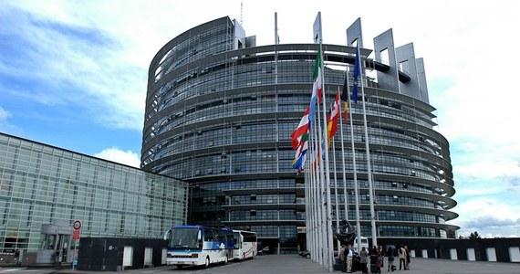 Główna siedziba Parlamentu Europejskiego mieści się w Strasburgu, gdzie raz w miesiącu odbywają się czterodniowe sesje plenarne. Spotkania komisji parlamentarnych i mini sesje odbywają się w Brukseli. Natomiast sekretariat generalny PE znajduje się w Luksemburgu. Oznacza to, że eurodeputowani muszą się przemieszczać między Brukselą a Strasburgiem. Wielu domaga się, żeby europarlament miał jedną siedzibę w Brukseli.