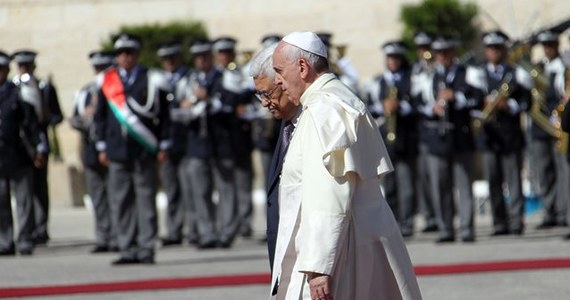 Plac Żłóbka przed Bazyliką Grobu Pańskiego w Betlejem wypełnił się od rana w niedzielę tysiącami wiernych czekających w radosnej, świątecznej atmosferze na papieża Franciszka. Mieszkańcy udekorowali miasto powitalnymi banerami zasłaniającymi całe budynki.