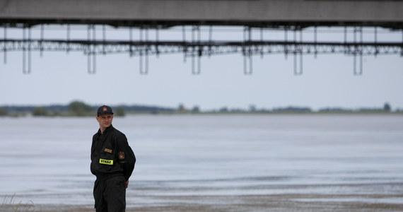 Poziom wody w Wiśle w jej ujściowym odcinku przekroczył stany alarmowe o około 40 centymetrów. Nie odnotowano przeciekania wałów w tym rejonie.