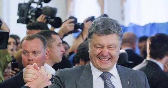 Znany biznesmen i były szef ukraińskiej dyplomacji Petro Poroszenko zwyciężył w wyborach prezydenckich na Ukrainie - wynika z sondaży powyborczych. Poroszenko zdobył ponad 50 proc. głosów i tym samym zwyciężył w pierwszej turze głosowania.