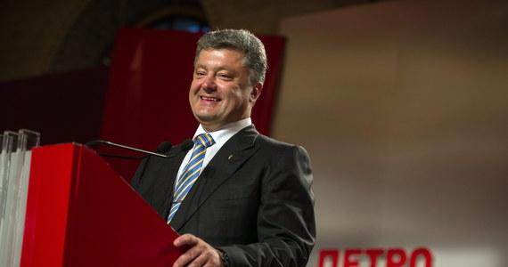 Nowy prezydent Ukrainy Petro Poroszenko zaraz po zaprzysiężeniu odwiedzi Donbas. Zapowiedział, że postara się szybko rozprawić z separatystami. Jak wynika z cząstkowych wyników po podliczeniu 40 proc. protokołów wyborczych w wersji elektronicznej, we wczorajszych wyborach zdobył 54,09 proc. głosów i wygrał wybory prezydenckie już w pierwszej turze.