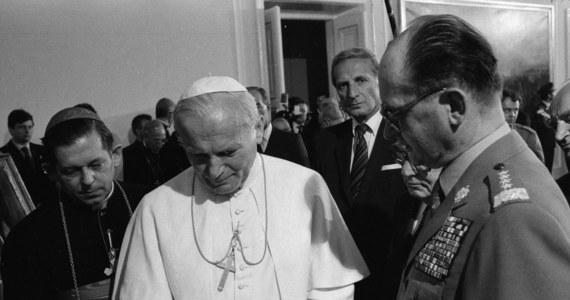 """""""Zawsze pozostanie w mojej pamięci jako wielki polityk, mąż stanu, wspaniały człowiek i prawdziwy przyjaciel"""" - tak Wojciecha Jaruzelskiego wspomina były prezydent ZSRR Michaił Gorbaczow. """"Odszedł odważny człowiek, który przebył wielką i trudną drogę życiową, żołnierz i patriota Polski"""" - zaznaczył w pożegnaniu opublikowanym na stronie internetowej swej fundacji."""