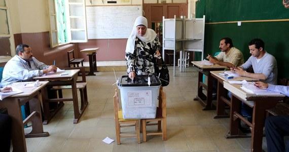 """Rozpoczęte w poniedziałek dwudniowe wybory prezydenckie w Egipcie zostały we wtorek przedłużone o jeden dzień z powodu niższej niż oczekiwano frekwencji - poinformował państwowy dziennik """"Al-Ahram"""", powołując się na członka komisji wyborczej."""