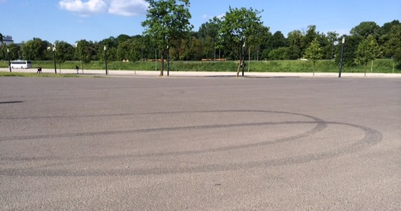 Policja obejmie specjalnym nadzorem przedłużenie ulicy Siwca przy Stadionie Narodowym w Warszawie. Okoliczni mieszkańcy skarżą się, że życie uprzykrzają im amatorzy nielegalnych wyścigów. Niestety do tej pory urzędnicy i policja nie radzili sobie z tym problemem. Dlatego w tej sprawie interweniowała dziennikarka RMF FM.