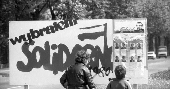Po 1989 roku tylko częściowo rozliczono w sądach zbrodnie aparatu władzy PRL. Wymiar sprawiedliwości napiętnował wprawdzie na przykład wprowadzenie stanu wojennego czy masakrę robotników w 1970 roku, ale nie osądzono wszystkich winnych. Bezkarnych pozostało też wiele zbrodni stalinowskich.