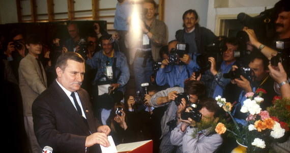 """Wcale nie wygraliśmy 4 czerwca, generał miał nas w garści - mówi Lech Wałęsa 25 lat po pierwszych częściowo wolnych wyborach. """"Jedyne było wyjście - strącić generała. A generał mówił, że ambicja, że ja chcę być prezydentem. Ja chciałbym być prezydentem? Ja chciałem ich wykolegować"""" - podkreśla. Wybory z '89 roku nazywa jednak """"sukcesem na skalę świata"""", choć ocenia też, że w okresie transformacji popełniono wiele błędów: """"Dostaliśmy taki duży prezent, że kurczę, nie radzimy sobie, to jest klęska urodzaju. Nie można się było do tego przygotować""""."""