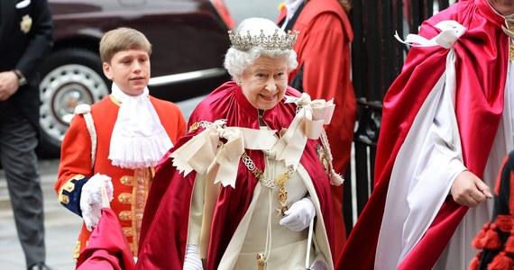 Brytyjska prasa ze szczegółami opisuje niezręczne pytanie królowej Elżbiety II jakie padło podczas spotkania ze słynnym brytyjskim fizykiem profesorem Stephenem Hawkingiem.