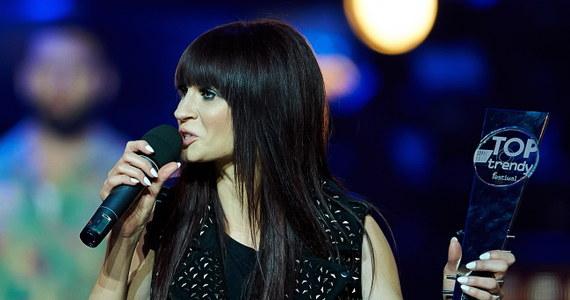 """Sobotni wieczór na festiwalu TOPtrendy upłynął pod znakiem hitów uwielbianych przez miliony. Na scenie zaprezentowali się wykonawcy piosenek, które w minionym roku najczęściej gościły na antenach stacji radiowych. Nagrodę od słuchaczy radia RMF Maxxx otrzymali Donatan i Cleo. Statuetkę za przebój roku dostała Sylwia Grzeszczak. Najlepszą piosenką ostatnich 12 miesięcy okazał się jej przebój """"Księżniczka""""."""