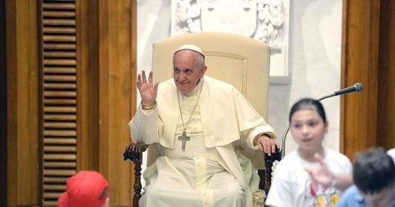 """Papież Franciszek skrytykował małżeństwa bezdzietne z własnego wyboru. Podczas mszy w Domu świętej Marty w poniedziałek powiedział, że to rezultat """"mentalności dobrobytu"""", zgodnie z którą lepiej zwiedzać świat, mieć willę i psa niż dzieci."""