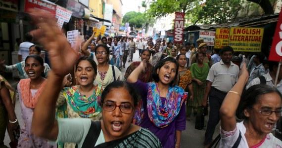 Kolejna młoda kobieta została w Indiach zgwałcona i brutalnie zamordowana. Władze poinformowały o znalezieniu zwłok 22-letniej Induski na polu w dystrykcie Bareli w stanie Uttar Pradesz. W zeszłym tygodniu niedaleko tego miejsca, w dystrykcie Badaun, dwie dziewczyny zostały porwane, zgwałcone i powieszone na drzewie.