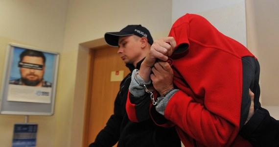 Śledczy znów przeszukują posesję w Strzeszowie w Zachodniopomorskiem, należącą do Beaty K. Kobieta usłyszała już zarzut zabójstwa czworga swoich dzieci. Ich zwłoki zakopywała w workach na terenie posesji.