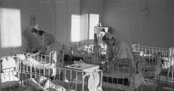 """Blisko 800 szkieletów noworodków i małych dzieci może spoczywać w nieużywanym betonowym zbiorniku w pobliżu nieistniejącego już domu dla niezamężnych matek z dziećmi w mieście Tuam w Irlandii - pisze """"The Guardian"""". Wskazują na to odnalezione świadectwa zgonu."""