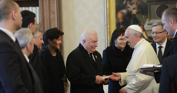 """Papież Franciszek przyjął na prywatnej audiencji byłego prezydenta Lecha Wałęsę. Przyjechał on do Rzymu na premierę filmu Andrzeja Wajdy """"Wałęsa. Człowiek z nadziei"""" oraz debatę w Watykanie o roli Kościoła w przemianach w Europie Środkowo-Wschodniej."""