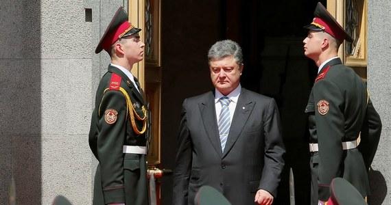 Zachodnie agencje relacjonujące zaprzysiężenie Petra Poroszenki na prezydenta Ukrainy zwracają uwagę na jego twardy ton wobec Moskwy, gdy oświadczył, że Ukraina nie wyrzeknie się Krymu i nie zejdzie z drogi zbliżenia z Unią Europejską. Wśród ważnych gości na zaprzysiężeniu prezydenta pojawili się m.in. wiceprezydent Stanów Zjednoczonych Joe Biden. Na inaugurację nie został zaproszony Putin.