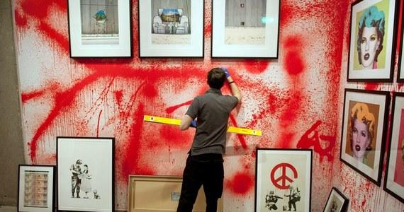 Galeria S/2 należąca do domu aukcyjnego Sotheby's zaprezentuje w najbliższym tygodniu retrospektywę ulicznego artysty zazdrośnie strzegącego swej anonimowości i znanego jako Banksy, jedną z największych w jego dorobku.