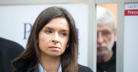 """""""W moim domu padają pytania o to, co było przyczyną katastrofy, o dowody które znamy"""" - mówi w rozmowie z TVP Info, Marta Kaczyńska. """"Ja się staram jak najmniej rozmawiać o tym, co się wydarzyło 10 kwietnia. Ewa staje się coraz dojrzalszą dziewczynką, sama zadaje pytania, ma 11 lat. Odpowiadam jej to, co jestem w stanie, to co wiem. Wiem to, co wszyscy, którzy interesują się okolicznościami tej katastrofy"""" - dodaje córka tragicznie zmarłej pary prezydenckiej."""