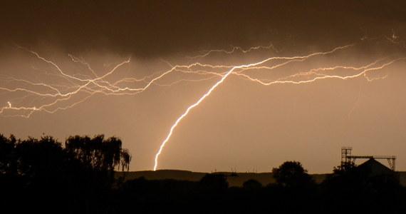Synoptycy ostrzegają, że nad Polskę nadciągną burze, lokalnie gwałtowne. Wyładowania atmosferyczne spodziewane są też w czwartek. W kolejnych dniach odpoczniemy od upałów. Czeka nas wyraźne ochłodzenie.