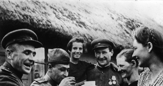 Jeśli żołnierz Armii Czerwonej nie posiada lub nie posiadał obywatelstwa polskiego w czasie prowadzenia działalności kombatanckiej albo podlegania represjom nie ma prawa do świadczenia kombatanckiego wypłacanego przez państwo polskie - informuje Magdalena Borysewicz, rzeczniczka Urzędu do Spraw Kombatantów i Osób Represjonowanych.