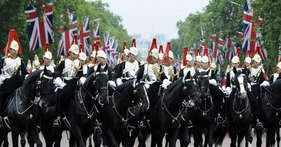 """Z udziałem ponad tysiąca gwardzistów przy dusznej, choć bezdeszczowej pogodzie na placu musztry królewskiej gwardii konnej w Londynie odbyła się doroczna parada z okazji """"oficjalnych"""" urodzin Elżbiety II.  W Wielkiej Brytanii ten dzień jest świętem państwowym."""