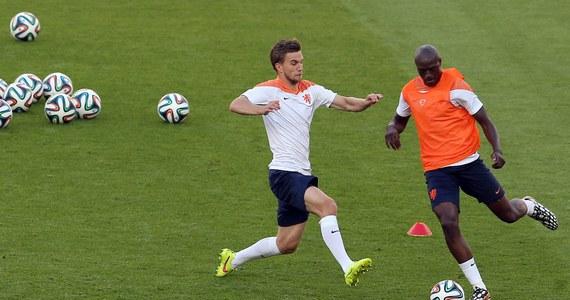 """Piłkarze Holandii, którzy w pierwszym meczu brazylijskiego mundialu pokonali broniącą tytułu Hiszpanię 5:1, zmierzą się dziś w Porto Alegre z Australią. Rywal teoretycznie dużo słabszy, jednak """"Pomarańczowi"""" nigdy z nim nie wygrali."""