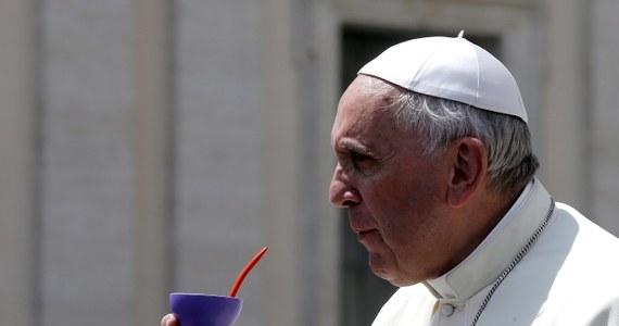 Papież Franciszek wprowadził zmiany do programu wieczornych uroczystości Bożego Ciała w Rzymie. Rzecznik Watykanu ksiądz Federico Lombardi ogłosił, że papież nie przejdzie w procesji i nie wsiądzie do otwartego samochodu.