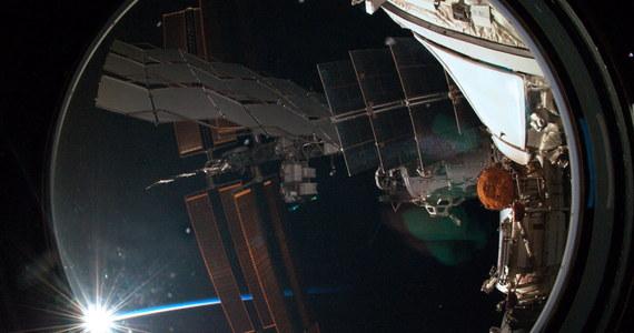 Dwaj rosyjscy kosmonauci z załogi Międzynarodowej Stacji Kosmicznej (ISS) wyszli wczoraj w otwartą przestrzeń kosmiczną, by zamontować nową antenę - poinformowało centrum lotów kosmicznych w Moskwie. Ich praca zakończyła się sukcesem.