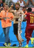 MŚ 2014: Barman z Polski wbiegł na murawę podczas meczu Niemcy - Ghana