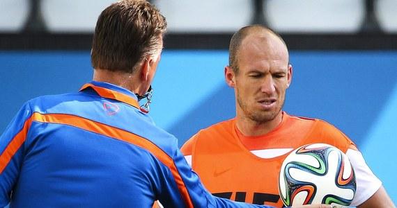 """Stawką meczu Holandii z Chile w Sao Paulo będzie pierwsze miejsce w grupie B mistrzostw świata. Oba zespoły, świetnie spisujące się w brazylijskim mundialu, już zapewniły sobie udział w 1/8 finału. """"Pomarańczowym"""" wystarczy remis. Początek spotkania o godz. 18 polskiego czasu."""