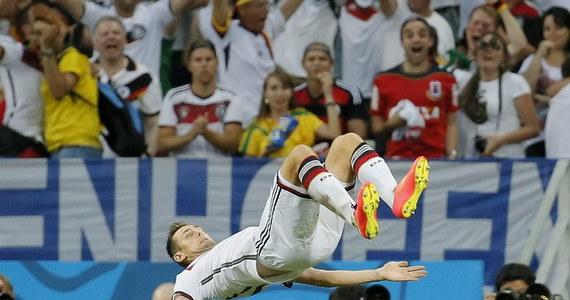 Piłkarz reprezentacji Niemiec Miroslav Klose, który wyrównał strzelecki rekord piłkarskich mistrzostw świata Brazylijczyka Ronaldo, zdradził sekret swojej sportowej długowieczności. Gdy nie musi występować na boisku, chodzi spać najpóźniej o 21.30.