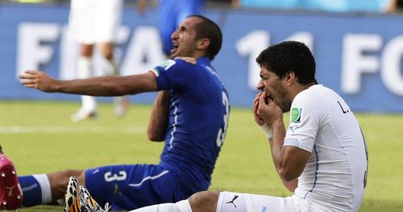 """Skandaliczne zachowanie urugwajskiego piłkarza. Luis """"Drakula"""" Suarez w 79. minucie meczu mistrzostw świata z Włochami (1:0), po starciu w polu karnym próbował ugryźć obrońcę rywali Giorgio Chielliniego. W przeszłości był już dwa razy ukarany za podobne zachowanie."""